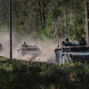 Legervoertuigen in het bos   Groen Rechts
