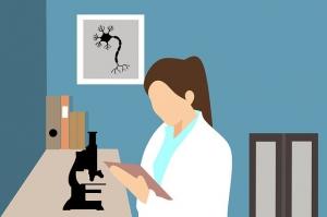 Vrouwelijke arts met microscoop - Gezondheidszorg | Groen Rechts